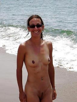 natural mature lassie nude beach photos
