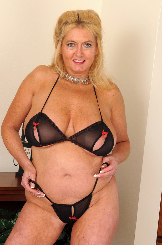 whore mature lady take lingerie pics